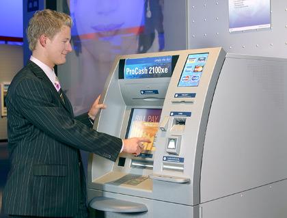 Man Using Geldautomat